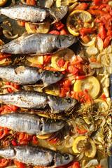 Sardinen auf Gemüse