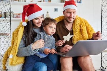 Familie mit Kind macht Videoanruf zu Weihnachten