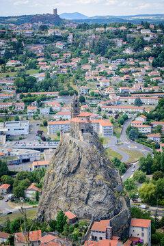 Vue sur la chapelle de l'Aiguilhe et la forteresse de Polignac, depuis le Puy en Velay, France