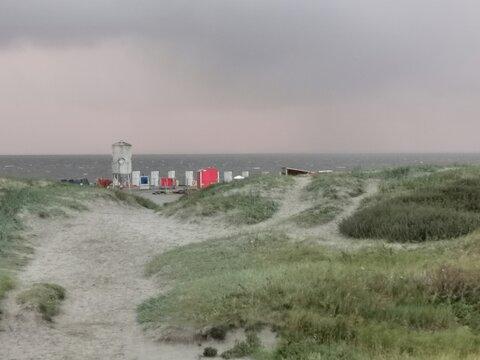 Fast leere Strandkörbe an der Nordsee zu Corona-Zeiten