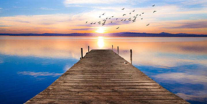 paisaje de un embarcadero sobre el mar en calma