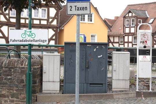 Zwischen Fahrradabstellplatz und Hundekottütenautomat Platz für zwei Taxen