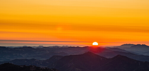 Fototapeta Na zdjeciu widzimy spektakularny wschód słońca ze szczytu góry w paśmie górskim w środkowych Włoszech. obraz