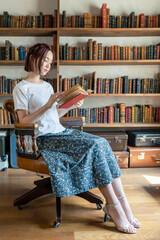 読書イメージ 本を読む女性