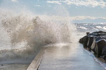 Waves Crash on Pier Papier Peint