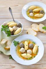Kräftige Hochzeitssuppe mit Grießnockerln, Leberknödeln und Brätklößchen – Delicious wedding soup consisting  of a strong meat broth with various small dumplings