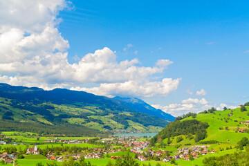 Alpine Landschaft mit blick auf einen See, Schweiz