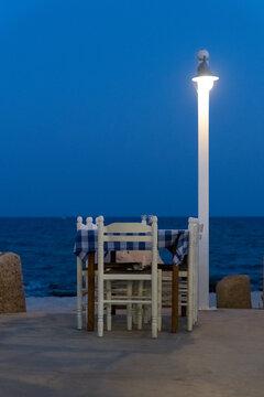 Tisch in einer Strandbar in der Nacht, beleuchtet.