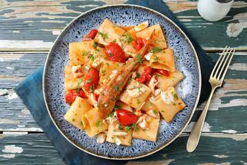 Pasta con pesce e pomodori freschi gallinella di mare