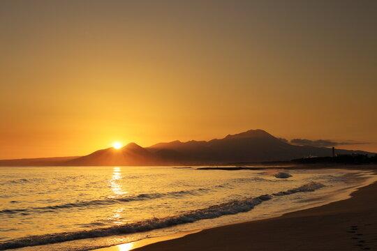 鳥取県の弓ヶ浜半島よりオレンジ色に輝く日の出と伯耆大山