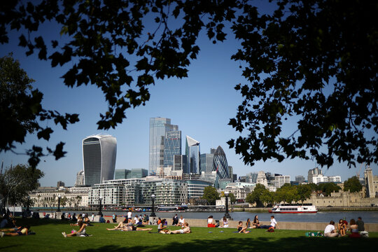 People enjoy a sunny weather in London
