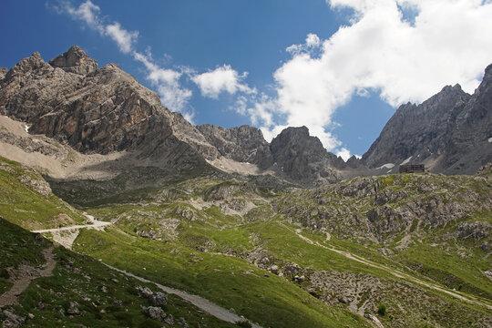 Blick entlang des Wanderwegs zur Karlsbader Hütte auf das Felsmassiv der Lienzer Dolomiten