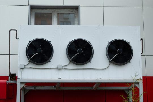 система охлаждения в магазинах. кондиционеры на стене