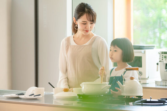 料理する母子 子育てイメージ