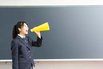 メガホンを持って叫ぶ女子高校生