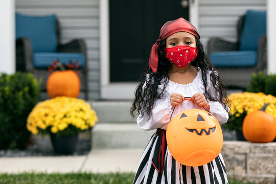 Halloween: Cute Pirate Girl With Face Mask