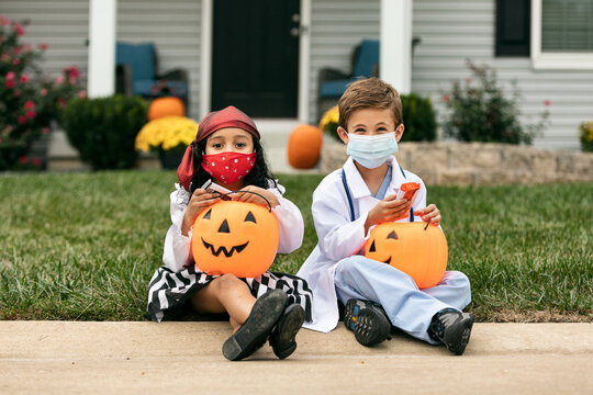 Halloween: Kids Witrh Face Masks During Covid Take A Break To Check Candy