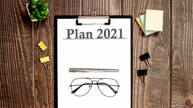 PLAN 2021 text form on a wooden table.