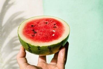 Arbuz, owoc tropikalny na jasnym tle w świetle dziennym.
