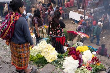 Mujeres venden flores en el mercado de Chichicastenango Guatemala.
