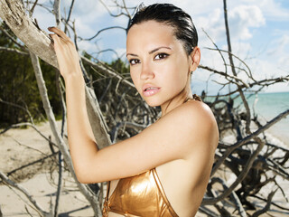 Photo sur Plexiglas womenART Beautiful woman on the beach with driftwood.