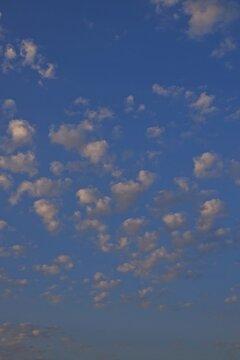 Schäfchenwolken an einem blauen Himmel