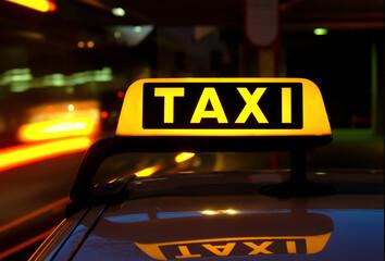 Taxi Schild beleuchtet Licht Abend Verkehr Deutschland Langzeitbelichtung Fahrzeug Dach Spiegelung Fahrer warten frei Fahrgast Passagier typisch Job teuer Ziel Taxameter Preis Strecke Stadt City Stau