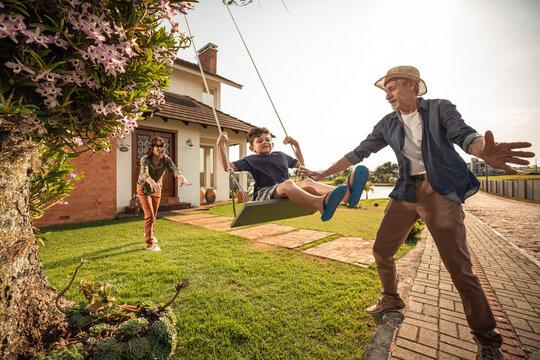 Avós brincando com neto ao ar livre