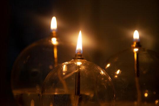 gros plan sur des bougies (lampes à huile) dans une ambiance chaleureuse de bien être