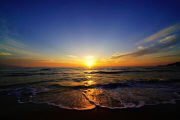夕陽に映える波