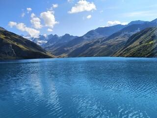 Photo sur Plexiglas Bleu jean Paysages calme lac et montagne été Suisse lac de Moiry Suisse Calm landscape of a lake in the mountains summer Switzerland