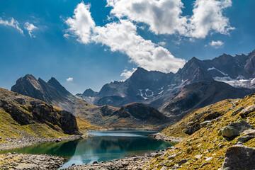 Obraz I laghi del Marinet si trovano in territorio francese. Sono raggiungibili sia dalla valle Maira che dalla valle dell'Ubaye  e sono posti a nord-est dell'impressionante Aiguille de Chambeyron - fototapety do salonu