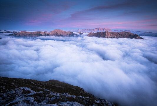 abenddämmerung mit nebelmeer in den bayrischen alpen