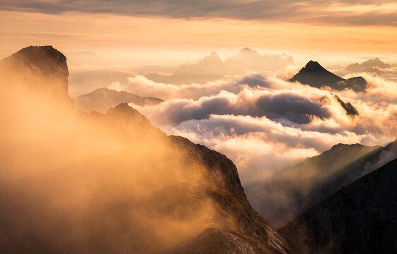 herbstliches nebelmeer in den bayrischen alpen