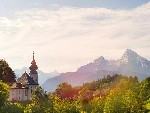 Kirche mit dem Watzmann im Hintergrund