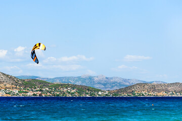 Photo sur Aluminium Dauphins Kitesurfing on the sea. Colorful kites fly in the blue sky.