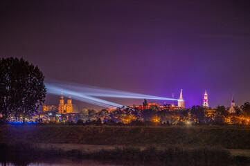 światła laserowe nad Opolem w nocy