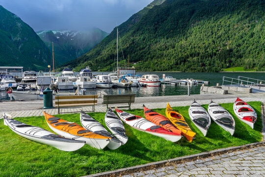 Aktiv-Urlaub in Norwegen: Bootsverleih (Kanus und Kjaks) in Balestrand am Fjord