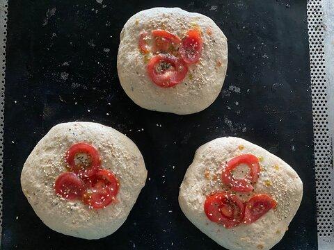 Trio von Tomaten-Brötchen in der Stückgare