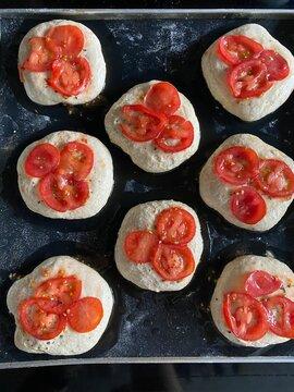 Tomaten-Brötchen mit Sesam in der Stückgare