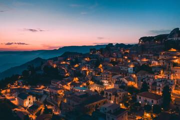Bova Superiore al tramonto, vista aerea del borgo calabrese sulle montagne.