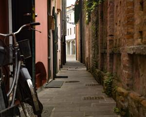 Caorle-strade e vicoli tipici con biciclette e case marinare colorate