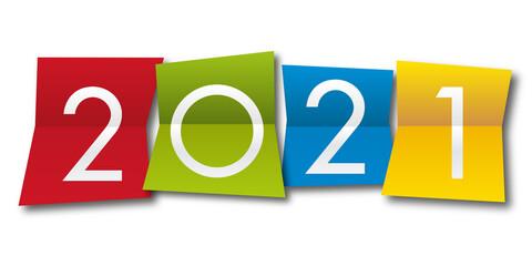 Carte de vœux 2021 avec l'année inscrite sur quatre papiers pliés de couleurs différentes, un jaune, un bleu, un rouge et un vert.
