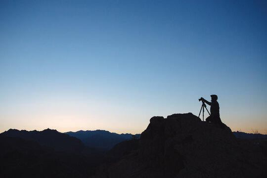 Take picture for the Great Wall before sunrise