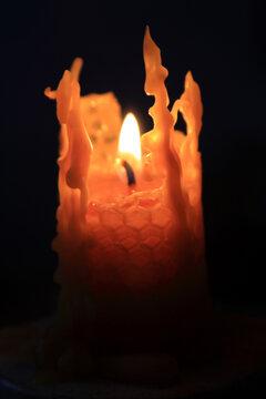 Duftende Kerze aus Bienenwachs fuer die Weihnachtszeit oder den taeglichen Gebrauch. Thueringen, Deutschland, Europa