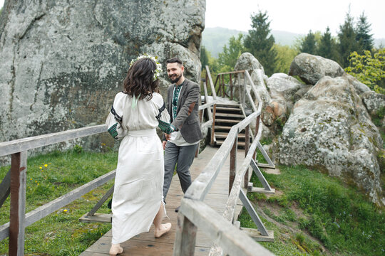 Photoshoot of marriage couple in mountains.