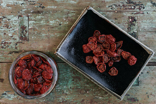 Dried cherry tomatoes for preserving