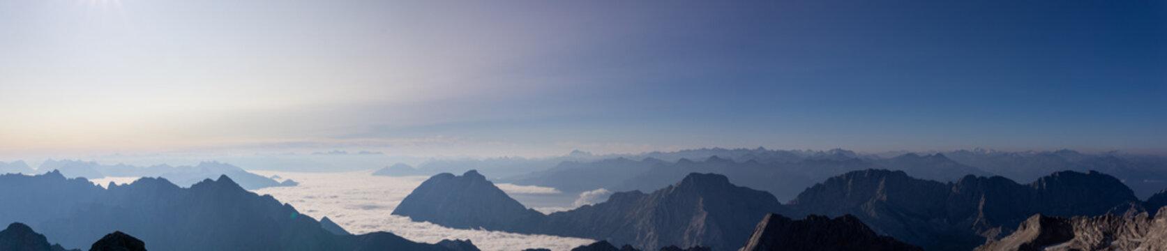 Panorama Aussicht von der Zugspitze über die Alpen bei Sonnenaufgang