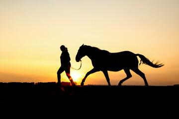 Fototapeta Trabendes Paar vor Sonnenuntergang