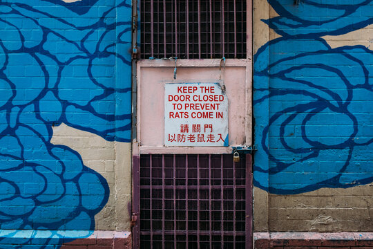 sign: keep door closed to prevent rats come in